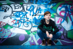 Foto Junge vor Graffiti