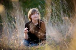 Foto Mädchen sitzt im Gras