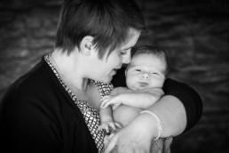 Schwarz-Weiß-Foto, Mutter hält Baby auf dem Arm
