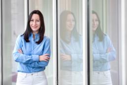 Bewerbungsfoto einer jungen Frau mit Spiegelung