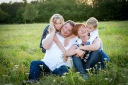 Familienfoto Familie auf einer Wiese in Ispringen