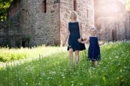 Foto Mutter und Tochter vor der Ruine St. Barbara in Karlsbad