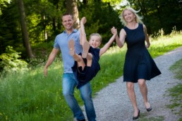 Foto Familie mit Kind im Wald
