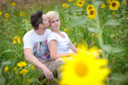 Foto Mann und Frau sitzen in einer Wiese, Pärchen