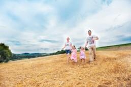 Foto Familie läuft über ein Feld bei Ellmendingen