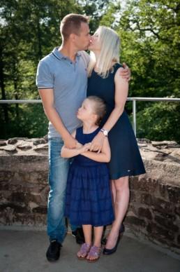 Foto Familie küsst