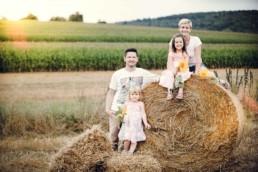 Familienfoto, Familie auf einem Feld bei Ellmendingen