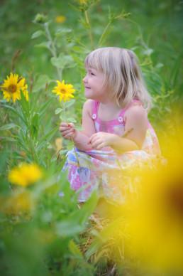 Foto kleines Mädchen mit Sonnenblumen