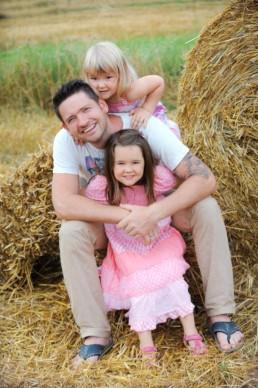 Foto Vater mit seinen Töchter auf einem Feld bei Ellmendingen