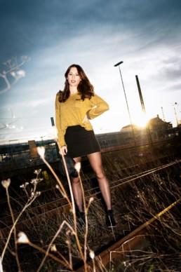 Fotoportrait, Mädchen auf stillgelegten Bahngleisen