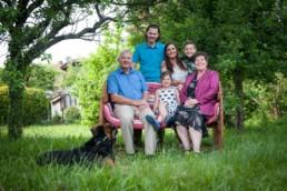 Familienfoto im Garten auf einer Bank, Generationen
