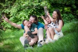 Familienfoto, Elternbund zwei Kinder machen Quatsch, lustig