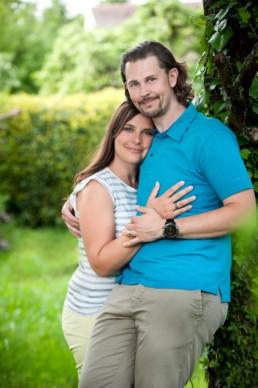 Foto Paar lehnt an Baum
