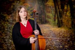 Foto Frau mit Cello im Wald