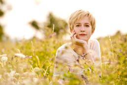 Foto junge Frau in einer Wiese, Portrait
