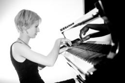 Foto einer Pianistin Musikerin am Klavier , schwarz-weiss