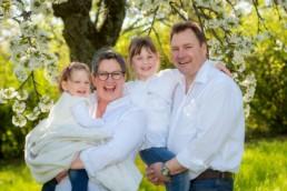 Foto Familienfoto Vater Mutter und Kinder mit Kirschblüten