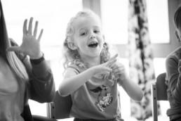 Foto Mädchen im Kindergarten beim Fingerspiel