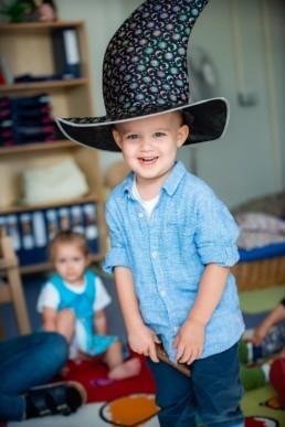 Foto Krippenkind in Kinderkrippe mit Zauberhut