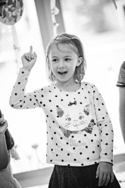Foto Kind im Kindergarten meldet sich