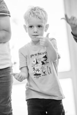 Foto Junge im Kindergarten beim Fingerspiel