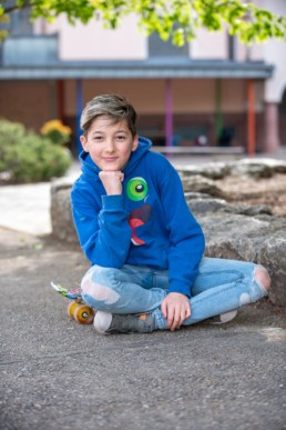 Foto Schulfoto Viertklässler Junge mit Skateboard