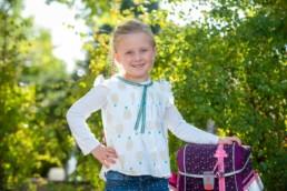 Foto Schulmädchen mit Schulranzen, Erstklässlerin