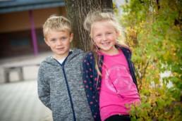 Foto Geschwister auf dem Schulhof
