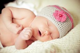 Babyfoto, Baby mit Häkelmütze schläft