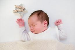 Foto neugeborenes Baby schläft unter einer gestrickten Decke