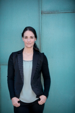 Frauenportrait, Frau vor einer blauen Wand