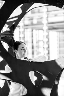 Portrait einer Frau in einer Skulptur
