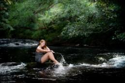 Fotoportrait in Birkenfeld , Mädchen sitzt am Fluß Enz