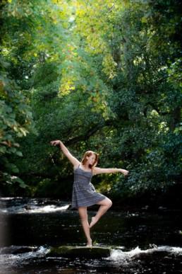 Foto Frau tanzt im Wasser