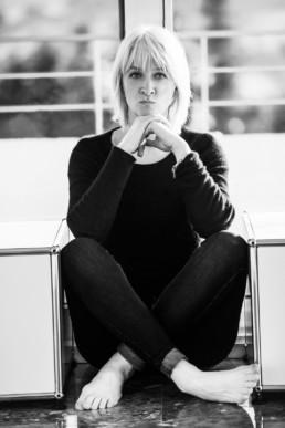 Foto Portrait in schwarz-weiß, sitzende Frau