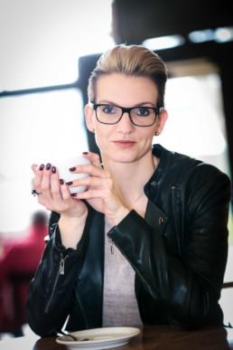 Frauenportrait Frau mit Kaffeetasse im Café