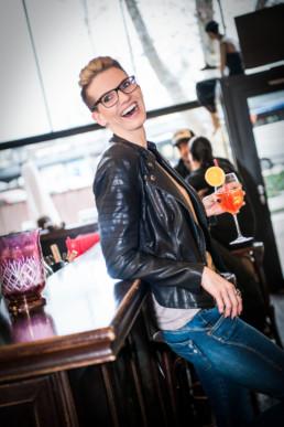 Foto Frau lehnt an der Bar und lacht