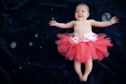 Foto Baby mit rosa TuTu und Seifenblasen