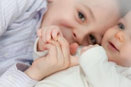 Foto Baby und Bruder halten Hände