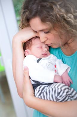 Foto Baby kuschelt mit seiner Mutter