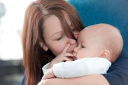 Babyfoto, Familienfoto in Pforzheim Wurmberg Baby schmust mit seiner Mutter