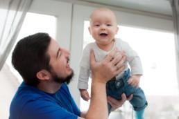 Babyfoto, Familienfoto in Pforzheim Wurmberg Baby lacht mit seinem Vater