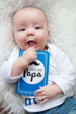 Babyfoto, Familienfoto in Pforzheim Wurmberg Baby mit Karte Ganz der Papa