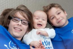Babyfoto, Familienfoto in Pforzheim Wurmberg Baby lacht mit seinen Brüdern