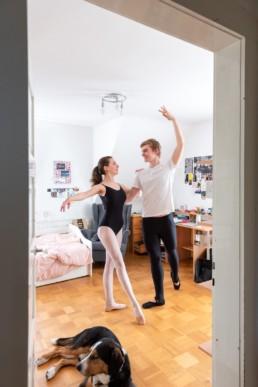 Antonia und Luis Ballett-Tänzer proben Ballett im Kinderzimmer - Fotoprojekt