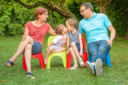 Foto Familie im Garten küsst