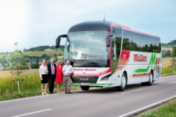 Teamfoto Geschäftsführer Familie Müller vor Reisebus Müller Reisen Businessfoto Firmenfotografie