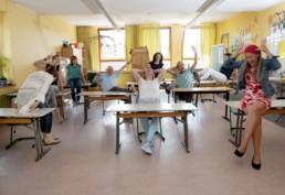 Lehrer der Friedrich-Silcher-Schule in einem Klassenzimmer - Fotoprojekt Nur-so-halb von Stefanie Morlok Fotografin