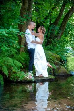 romantisches Foto Brautpaar im Wald am Fluss