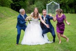 Foto Hochzeit Pforzheim Würm Altes Kurhotel Brautpaar und Familie, Spaßfoto